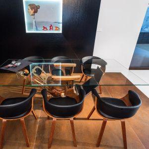 Czarne krzesła pasują do wnętrz nowoczesnych. Fot. Studio Max Kuchnie Kome