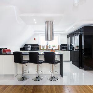 Hokery na wysokiej nodze to idealne rozwiązanie do kuchni z barem. Fot. Studio Max Kuchnie A&K