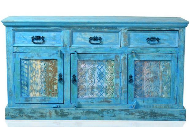 Rustykalna komoda w niebieskim kolorze.