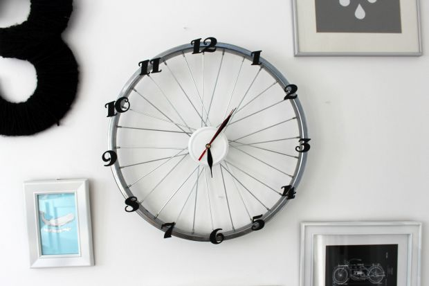 Koło od starego roweru może zyskać nowe życie, jeśli przerobisz je na… zegar! Podpowiadamy jak stworzyć oryginalny czasomierz, który będzie wyjątkową dekoracją w Twoim wnętrzu, albo idealnym prezentem dla zapalonego cyklisty.