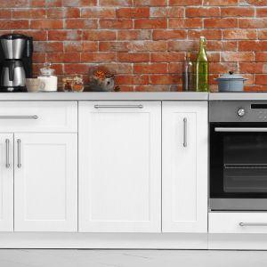 Relingi to praktyczne uchwyty. Z ich pomocą szafki kuchenne otwiera się łatwo. Fot. GTV