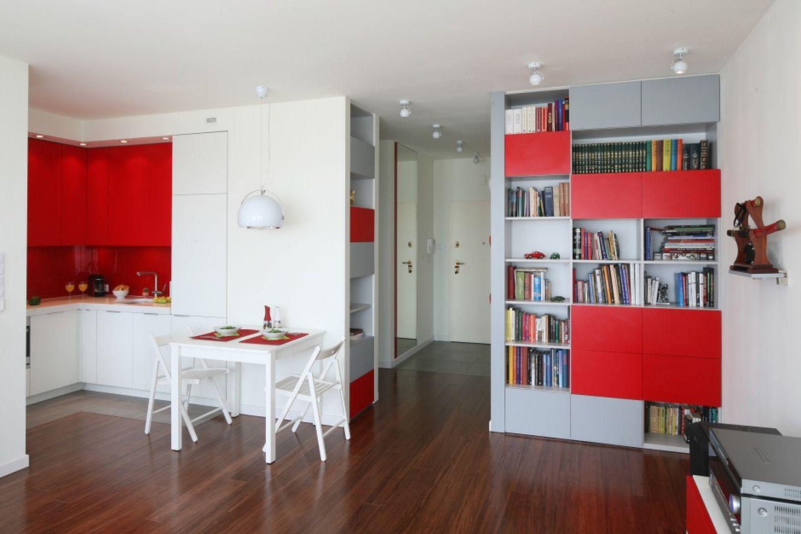 Kuchnia otwarta na strefę dzienną to dobre rozwiązanie do małych pomieszczeń. Projekt: Iza Szewc. Fot. Bartosz Jarosz