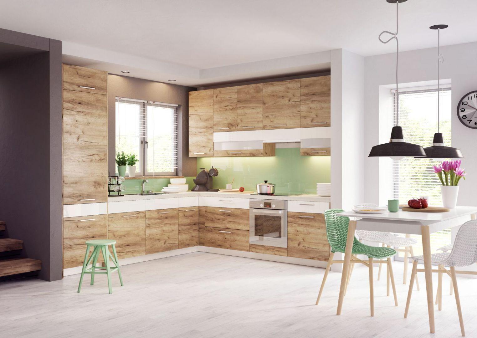 Dąb złocisty w towarzystwie wanilii to sprawdzony sposób na przytulną i ciepłą w odbiorze kuchnię. Delikatny akcent kolorystyczny nie zaburza naturalnego piękna dekoru, ajedynie rozświetla wnętrze. To również sposób na przełamanie wrażenia masywnego monolitu wprzypadku zabudowy pod sufit. Fot. KAM
