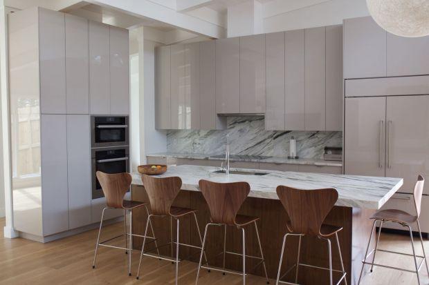 Kuchnia to przestrzeń, która w naszych domach jest najbardziej narażona na zarazki i bakterie, urazy mechaniczne czy brud. Urządzając to pomieszczenie warto więc wybierać materiały, które ograniczą te uboczne działania, a na dodatek będą wygl