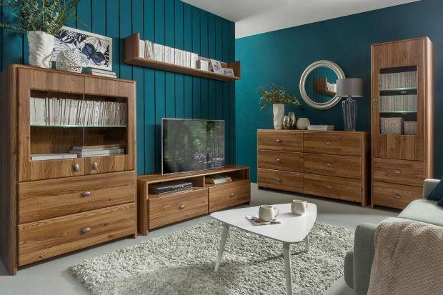 Proste w formie meble Leda to połączenie ciepłego odcienia drewna z nowoczesnymi srebrnymi frontami.