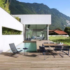 Obiad na tarasie to czyta przyjemność. Warto ustawić na nim wygodne meble -  stół i krzesła, które zastąpią nam jadalnię w domu. Fot. Dutchhouse.pl