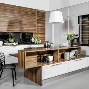 Kuchnia Jolanta III jest nie tylko praktyczna, ale i dekoracyjna. Na półkach wyspy można układać kuchenne dekoracje. Fot. Atlas Kuchnie