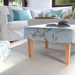 W salonie idealnie sprawdzą się poduszki, rolety rzymskie czy zasłony właśnie w kwiatowe wzory. Jeśli mamy więcej odwagi możemy w salonie również ustawić sofę tapicerowaną tkaniną w kwiaty. Fot. Dekoria.pl