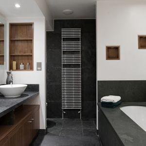 """Blat łazienkowy o wzorze """"Raw Concrete Graphite"""" firmy Pfleiderer. Fot. Pfleiderer"""