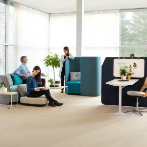 """System """"Fields"""" służy stworzeniu stref relaksu lub indywidualnej pracy w biurze. Fot. Kinnarps"""