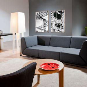 """Sofa """"Floating"""" (projekt: Philippe Nigro) z oferty firmy Comforty, wsparta na oryginalnym stelażu, przykuwa uwagę intrygującą grą elementów wewnętrznych i zewnętrznych. Fot. Ernest Wińczyk/Comforty"""