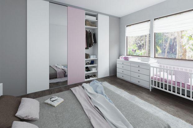 Sypialnia jest często niewielkim i trudnym do zagospodarowania pomieszczeniem, a miejsce do przechowywania rzeczy jest zazwyczaj na wagę złota. Doskonałym i bardzo efektownym rozwiązaniem może okazać się zastosowanie systemów przesuwnych, które
