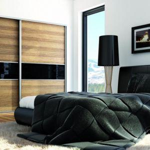 Wstawki z ciemnego szkła we frontach podkreślają klimat sypialni w stylu glamour. Fot. Sevroll
