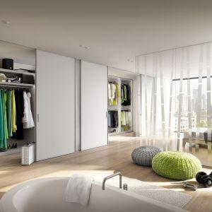 Systemy przesuwne to dodatkowa przestrzeń w sypialni. Fot. Raumplus