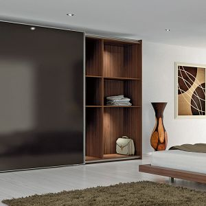 Dzięki nowoczesnej technice meblowej szafy z  wielkoformatowymi drzwiami mogą się przesuwać  lekko i bezgłośnie. Fot. Hettich