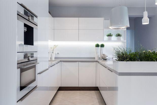 Zabudowa kuchenna w kształcie litery U może być funkcjonalna i ergonomiczna pod warunkiem, że zachowamy odpowiednią przestrzeń pomiędzy równoległymi ciągami roboczymi i we właściwy sposób rozmieścimy poszczególne elementy i sprzęt agd.