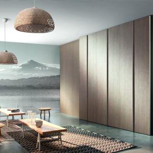 W śródziemnomorski klimat świetnie mogą wkomponować się również meble, w których naturalne materiały zostaną zastąpione dekorami, fornirami czy innymi zdobieniami.  Fot. Komandor