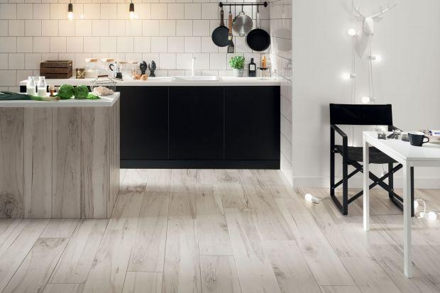 Kuchnia ocieplona drewnem jest przytulna, ale i ponadczasowa. Zobacz w jaki sposób można podkreślić piękno kuchennych mebli rysunkiem drewna.