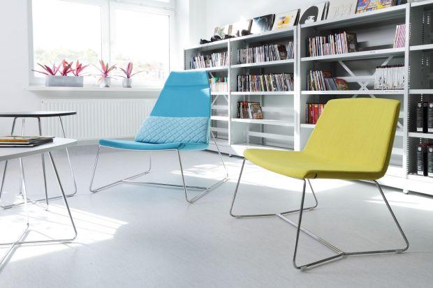Fotel o prostej stylistyce, który dobrze zaprezentuje się zarówno w przestrzeni biurowej, jak i w domu.