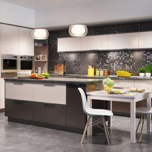 """Urządzając kuchnię w stylu minimalistycznym, należy kierować się zasadą """"mniej znaczy więcej"""". Fot. Agata"""