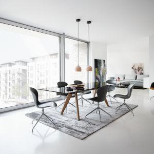 Stół Monza ze szklanym blatem oraz krzesła Adelaide marki BoConcept. Fot. BoConcept