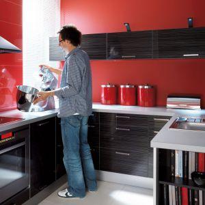 "Kuchnia ""Traffic - 85th Play Street"" z serii ""Senso Kitchens"" Black Red White. Fot. Black Red White"