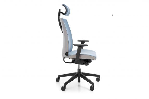 """Prosty design krzesła obrotowego """"Motto"""" podkreśla wysublimowana linia oparcia. Szeroka gama kolorów oraz tkanina, którą jest wykończone krzesło, może dodać wnętrzu charakteru.W jego najnowszej wersji producent wprowadził kilka uży"""