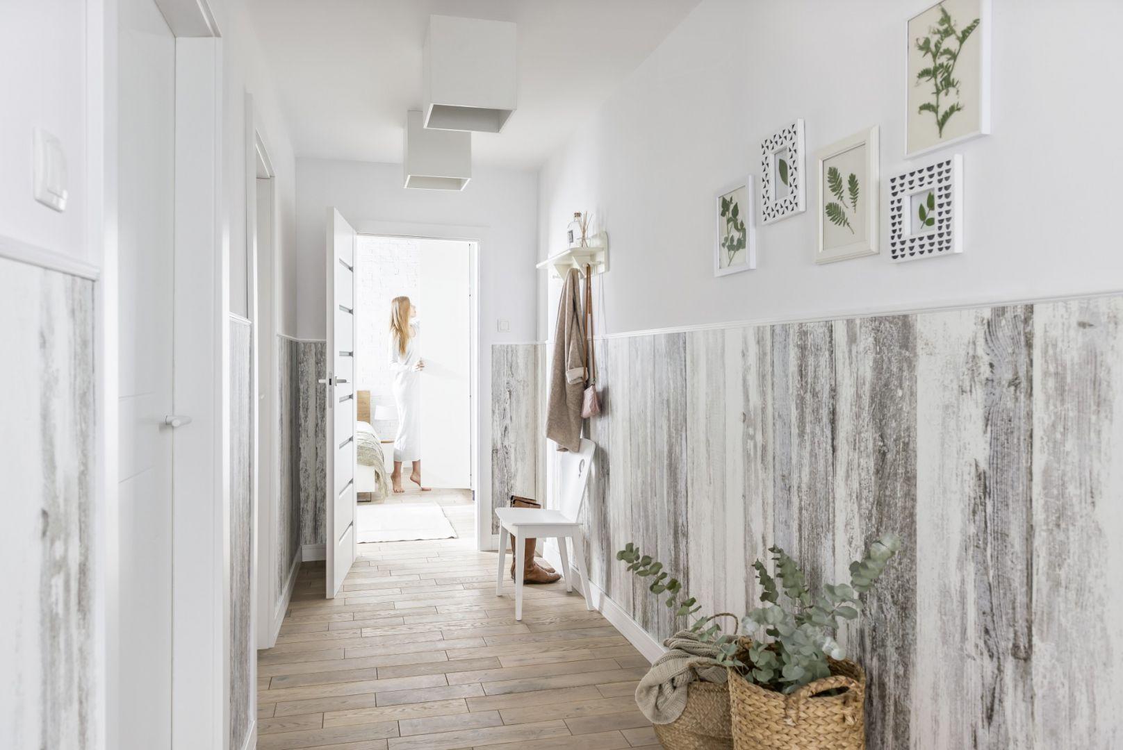 Lamperie sięgające do połowy wysokości ściany sprawią, że wnętrze wyda się optycznie wyższe. Fot. Vox