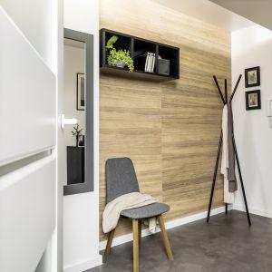 Drewno na ścianach w przedpokoju wygląda elegancko, ale ważne jest, aby było również trwałe. Fot. Vox