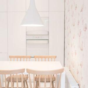 Projekt wnętrza: Louba. W tym mieszkaniu dominuje biel i jasne odcienie drewna. Taka jest też kuchnia - jasna, rozświetlona, romantyczna...