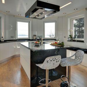 W wnętrzu zaprojektowanym przez Kvadrat Design Studio kuchenna wyspa zaopatrzona została w dwa ażurowe hokery, nawiązujące romantycznym charakterem do jadalni.