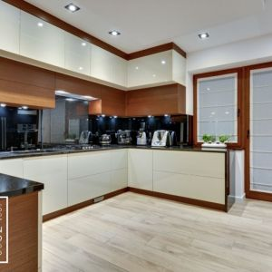 Prostota i funkcjonalność oraz połączenie bieli z kolorami drewna to główne wyznaczniki kuchni zaprojektowanej przez Kvadrat Design Studio.