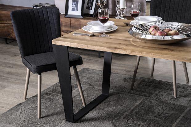 Drewniany stół może stać się prawdziwą ozdobą każdej jadalni bądź salonu, zwłaszcza, gdy zostanie wyeksponowany w przestronnym wnętrzu. Tego typu mebel kojarzy się zwykle ze stylem klasycznym, ale może też przybierać bardziej nowoczesne fo