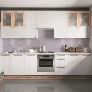 Wysokie zabudowy kuchenne mogą mieć postać jednego rzędu wysokich, pojemnych szafek albo dwóch rzędów niższych mebli o różnej głębokości. Fot. Kam