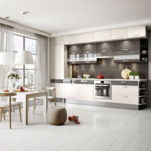 Z myślą o niewielkich pomieszczeniach, które uniemożliwiają tworzenie bardziej skomplikowanych układów kuchennych, opracowywane są także zabudowy kuchenne przeznaczone do ustawienia na jednej ścianie. Fot. Kam