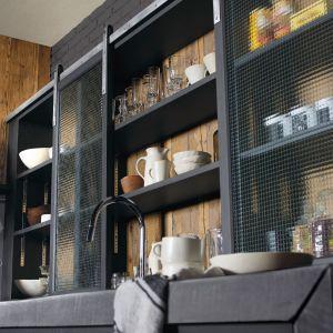 Półotwarte półki przesłonięte szklanymi frontami ożywią wnętrze kuchni. Fot. Marchi