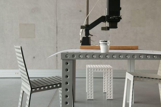 Wiele mebli, z których codziennie korzystamy, ma elementy wykonane z metalu - czasem są to nogi krzesła lub stolika, czasem uchwyty, a czasem tylko drobne elementy dekoracyjne. Nadają one meblom rys nowoczesności, odrobinę klimatu industrialnego lub