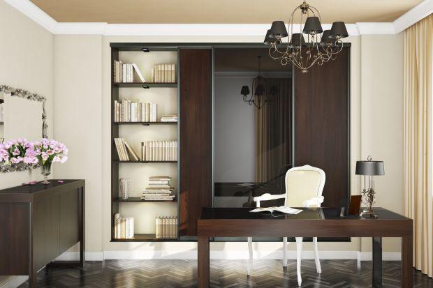 Stosy książek, płyt, filmów czy albumów ze zdjęciami piętrzących się w różnych miejscach mieszkania to sygnał, że warto zaplanować wydzielenie dla nich specjalnej przestrzeni. Idealnym rozwiązaniem jest biblioteczka – funkcjonalna, elegan