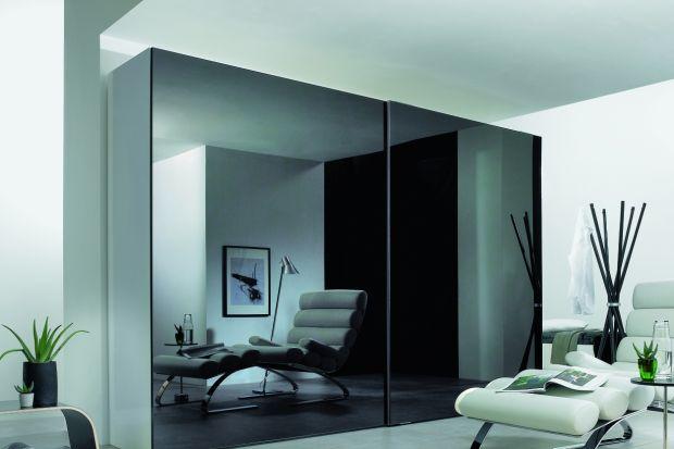 Duże fronty szaf są pięknym uzupełnieniem eleganckiego wnętrza. Tworzą jednolite płaszczyzny, które mogą być urozmaicone dowolnie wybranymi kolorami, efektownymi nadrukami bądź wypełnione taflami szkła. Równie dobrze znajdują zastosowanie