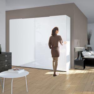 Aby otworzyć szafę, wystarczy lekko pociągnąć za krawędzie drzwi, resztę pracy wykona system jezdny. Fot. Hettich
