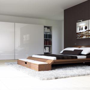 Szafy zamknięte dużymi frontami stały się jednym z obowiązkowych elementów nowoczesnej sypialni. Fot. Hettich