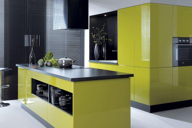 Tam, gdzie kuchnia jest częścią salonu, zabudowa nie tylko dopasowana jest estetycznie, ale przejmuje też niektóre funkcje zarezerwowane dla wyposażenia pokoju dziennego. Przykładem jest wysoka zabudowa kuchenna przechodząca w system otwartych pó