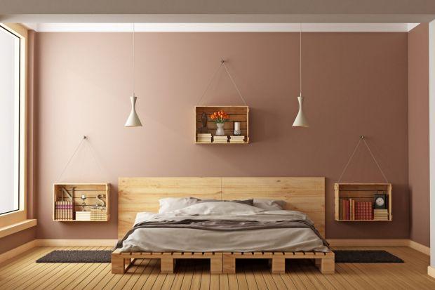 Z drewnianych palet możemy samodzielnie wykonać niebanalne meble. To doskonałe i jednocześnie tanie rozwiązanie do nowoczesnych wnętrz lub inspirowanych stylem loftowym.