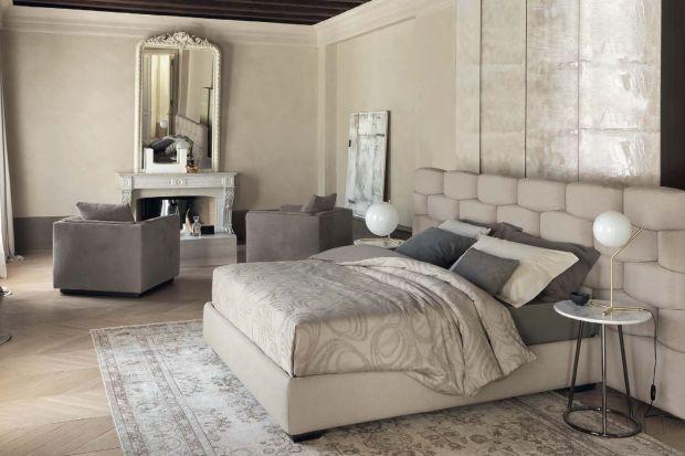 Rozbudowany zagłówek łóżka może mieć różne formy, np. miękkiego, pikowanego oparcia albo ścianki z półkami na książki. Taka obudowa wezgłowia wygląda efektownie, zwiększa komfort użytkowania i funkcjonalność sypialni.
