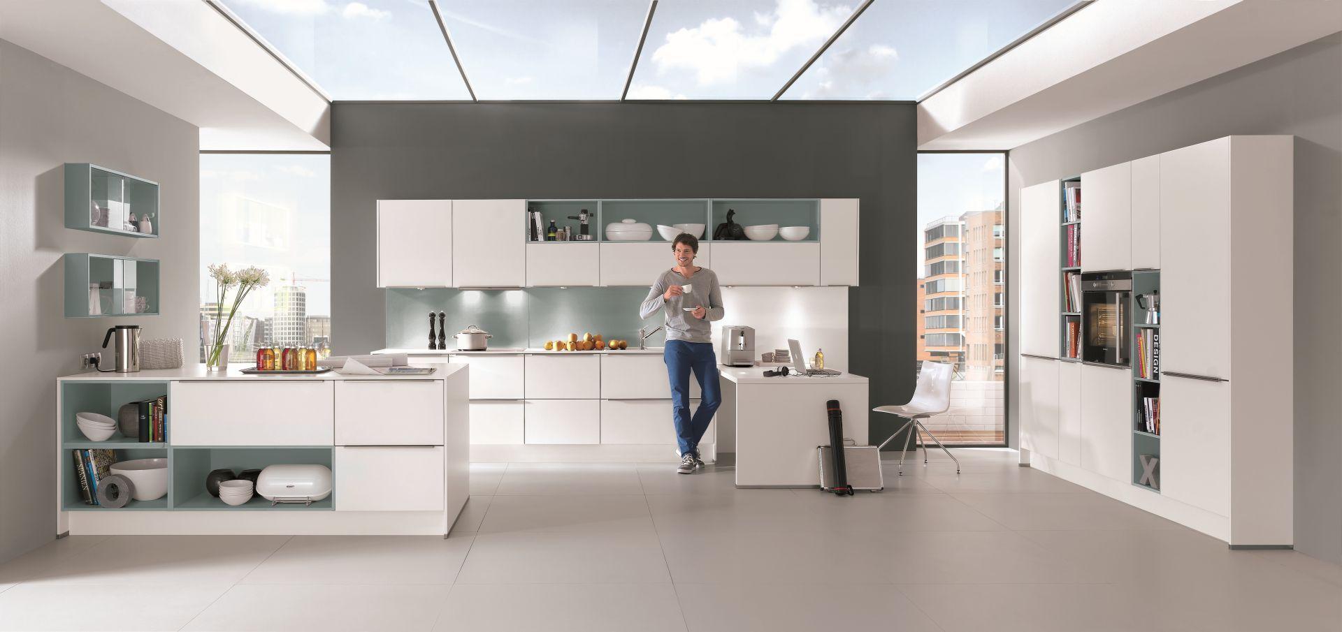 Biała kuchnia optycznie rozjaśnia pomieszczenie. Fot. Nobilia