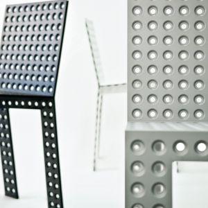 Krzesło wykonane z blachy stalowej. Projekt Oskar Zięta
