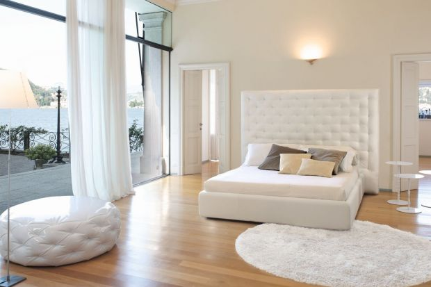Sypialnia o dużym metrażu stwarza wiele możliwości aranżacji. Odpowiednio dobierając meble, oświetlenie i dodatki można stworzyć komfortową oazę relaksu, w której zmieści się wszystko to, co niezbędne do wypoczynku.