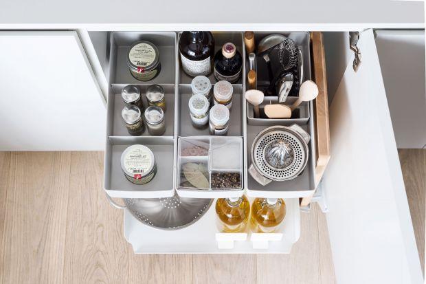 Kuchnia jest wnętrzem szczególnym, dlatego tak duży nacisk kładzie się na jej aranżację. Coraz częściej stosujemy w niej naturalne materiały oraz rozwiązania ułatwiające sięganie po produkty z szafek i ich organizację.