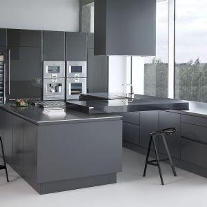 Proste, geometryczne bryły w grafitowym kolorze podkreślają minimalistyczny styl kuchni. Fot. Zajc Kuchnie