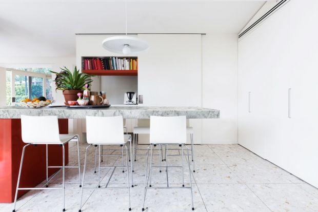 Biel to jeden z najpopularniejszych kolorów stosowanych w kuchennych aranżacjach. Pojawia się na wszystkich elementachwyposażenia i na meblach - frontach i blatach zabudowy, a także na stołach, krzesłach i dodatkach. Wyjątkowo ciekawie wygląda